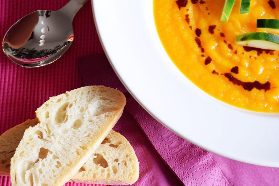 Sommerliche Karotten-Orangen-Suppe mit Ciabatta