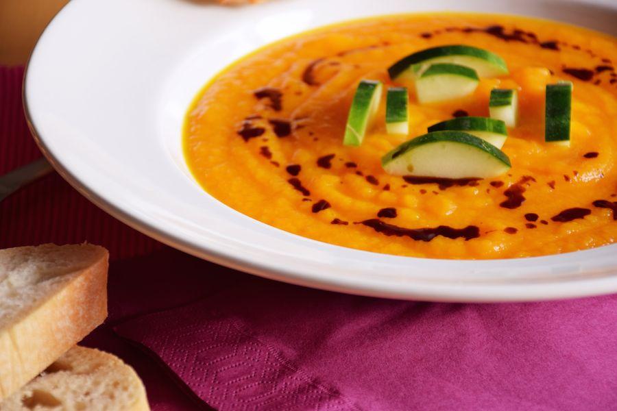 Sommerliche Karotten-Orangen-Suppe mit Kürbiskernöl und Gurke