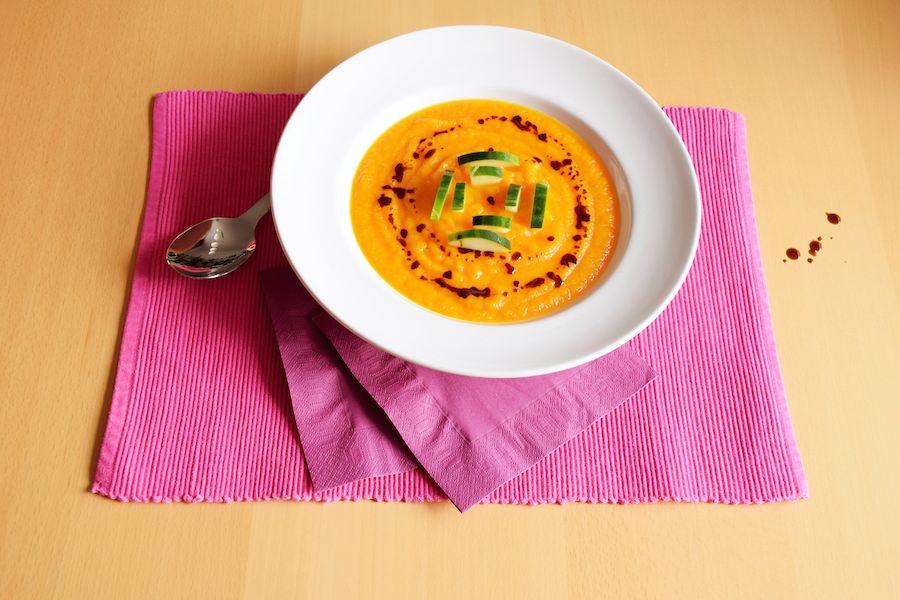 Sommerliche Karotten-Orangen-Suppe mit Gurke und Küriskernöl