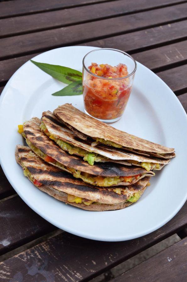 Angerichtete vegane Quesadillas mit Salsa