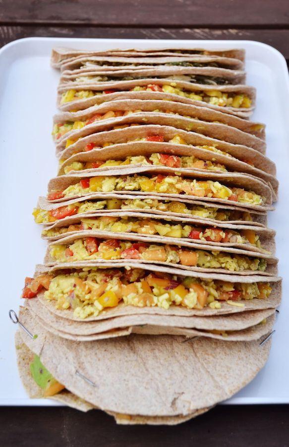 Vorbereitete vegane Quesadillas mit Melone, Mango und Avocado, bereit für den Grill