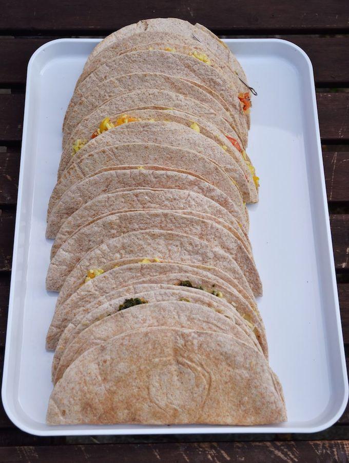Vorbereitete vegane Quesadillas mit Melone, Mango und Avocado, fürs Grillen vorbereitet.