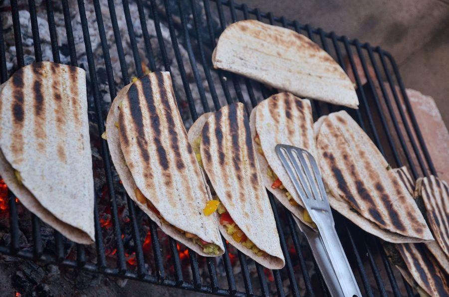 Fast fertige vegane Quesadillas, gefüllt mit Melone, Avocado und Mango