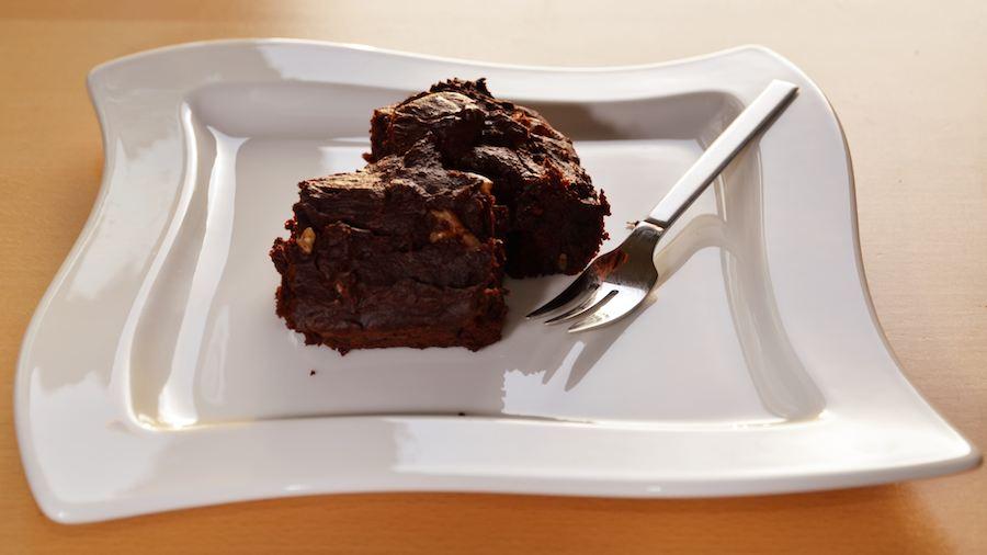 Zwei Super-Sticky-Vegane-Brownies-fertig angerichtet auf dem Teller