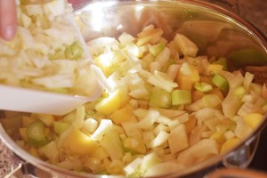 Fenchelsuppe Schritt 4: Gemüse anrösten
