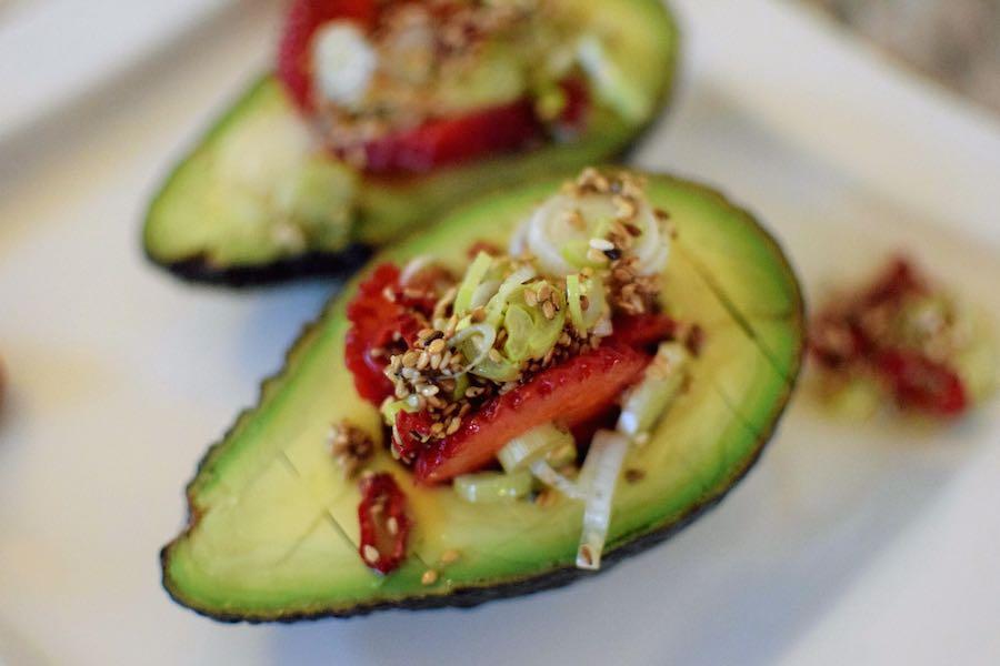 Detailansicht Avocado mit Erdbeeren & Salsa