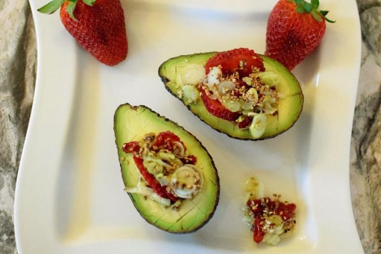 Avocado mit Erdbeeren und Salsa