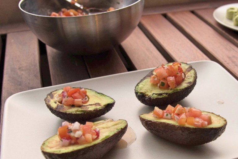 Gegrillte Avocados mit Tomaten-Koriander-Salsa